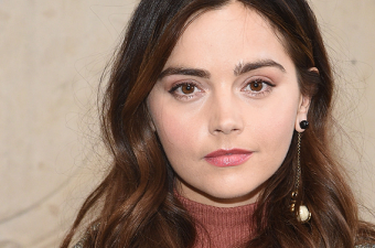 PARIS FASHION WEEK: JENNA COLEMAN COMPARECE EM DESFILE DA CHRISTIAN DIOR
