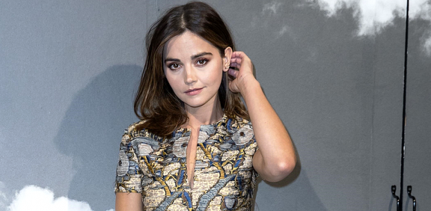 PARIS FASHION WEEK: JENNA COLEMAN COMPARECE AO DESFILE DA DIOR
